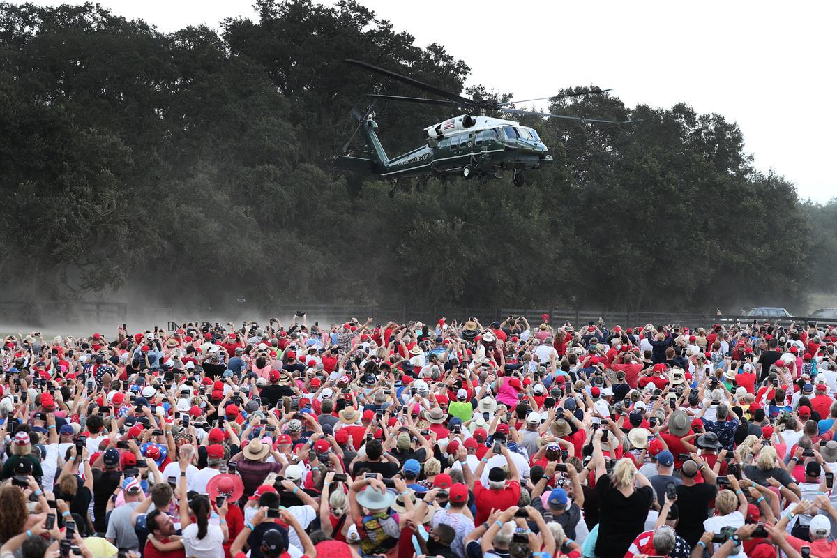2020年10月23日,美國總統特朗普乘坐陸戰隊1號直升機抵達爾富爾羅裏達州的村莊馬球俱樂部參加競選活動。(Joe Raedle/Getty Images)