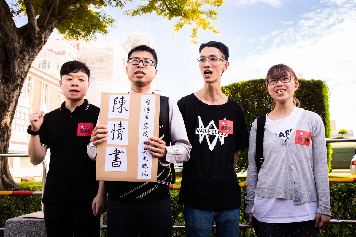 香港網民代表楊繼昌(左2)等人6月25日手持陳情書前往總統府陳情,希望中華民國總統蔡英文能向香港民眾發表講話,向香港人說聲加油。(陳柏州/大紀元)