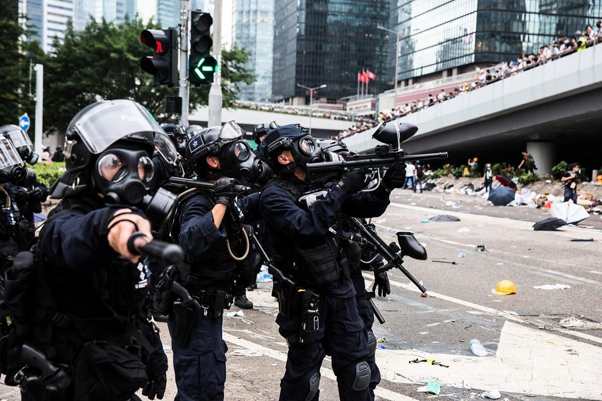 2019年6月12日,香港「反送中」示威衝突升高,警方下午在立法會旁對示威者施放至少10枚催淚煤氣和多次射擊橡膠彈,造成多人受傷。(ISAAC LAWRENCE/AFP/Getty Images)