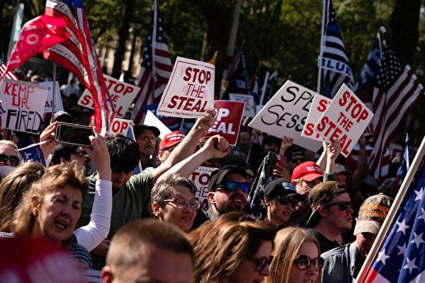 2020年11月21日,在佐治亞州亞特蘭大,支持特朗普的民眾聚集在州議會外,抗議大選舞弊,要求制止竊選。(Elijah Nouvelage/Getty Images)