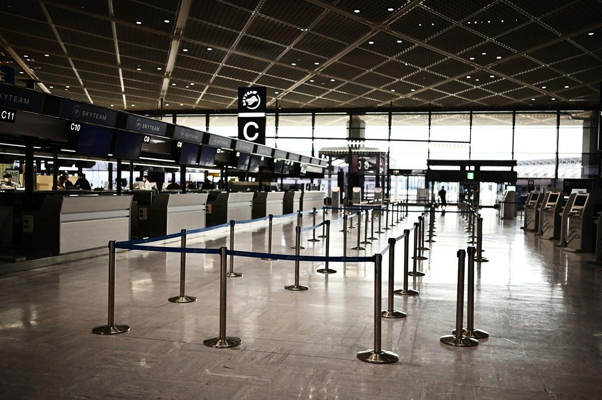 日本成田機場設置「紙板旅館」供返國旅客暫住。圖為2020年4月7日,成田機場航站大廈的出境處一景。(CHARLY TRIBALLEAU/AFP via Getty Images)