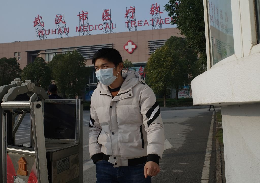 港媒引述武漢知情人士的話透露,當地各大小醫院已提高至最高防疫級別戒備。圖為武漢一家醫院。(NOEL CELIS/AFP via Getty Images)