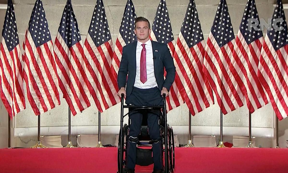 剛滿25歲的麥迪遜‧考索恩(Madison Cawthorn)贏得白宮幕僚長馬克‧梅多斯(Mark Meadows)空出的北卡羅來納州眾議院席位。圖為他在共和黨大會上發言時,突然起立的畫面。 (Photo Courtesy of the Committee on Arrangements for the 2020 Republican National Committee via Getty Images)