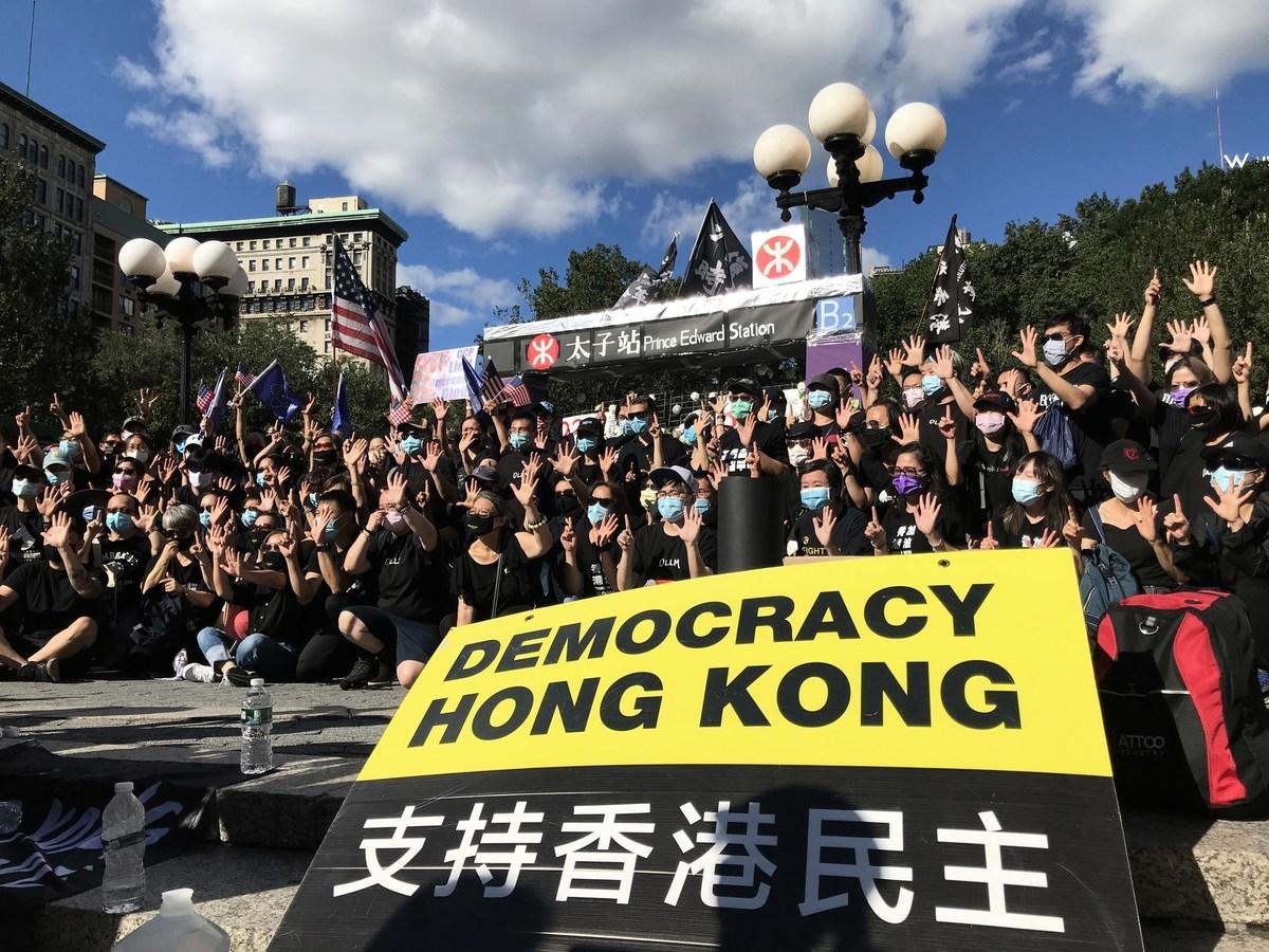 2020年8月30日,NY4HK在紐約曼哈頓還原香港太子站悼念場景,聲援近日遭抓捕的16位香港人與兩位議員。(林宜君/大紀元)