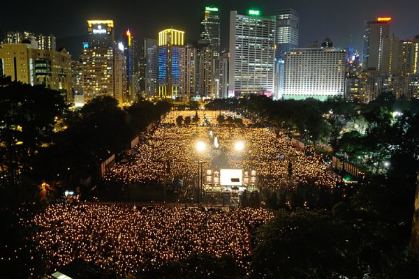香港每年6月4日舉行燭光守夜活動,悼念1989年天安門大屠殺的遇難者。(Sung Pi Lung/The Epoch Times)