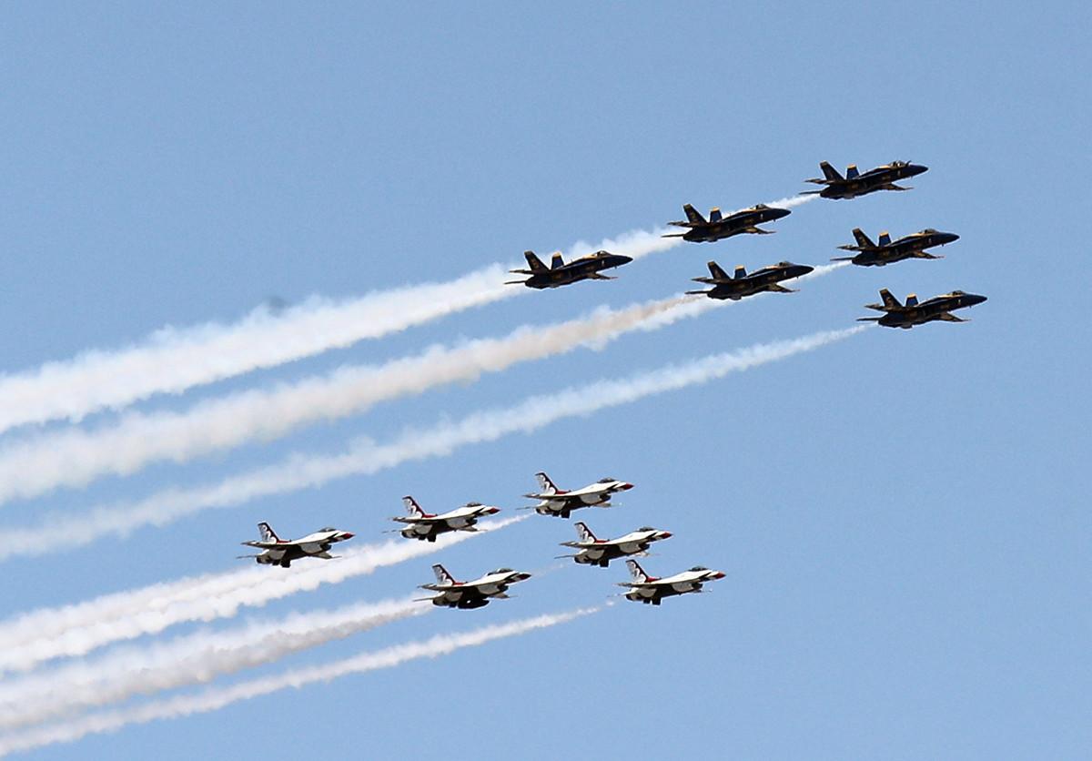 美國海軍的「藍天使」和空軍的「雷鳥」2020年4月28日飛越紐約市、新澤西州、費城,向抗疫的一線人員致敬,留下難得一見的精彩畫面。(Bruce Bennett/Getty Images)