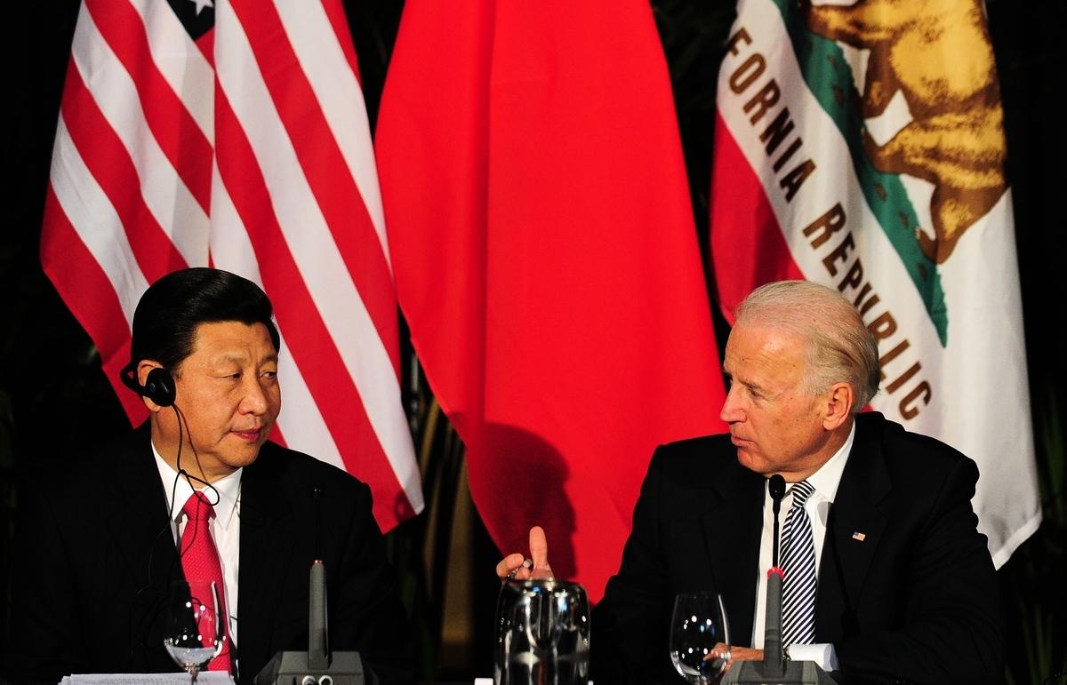 拜登政府的政策變化,大大助長了中共的囂張氣焰。圖為2012年2月17日,時任美國副總統拜登(右)和時任中共國家副主席習近平(左)參加在洛杉磯的一個州長會議。(Frederic J. Brown/AFP via Getty Images)