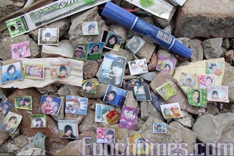 北川中學廢墟遺留著孩子們的遺物。(大紀元)