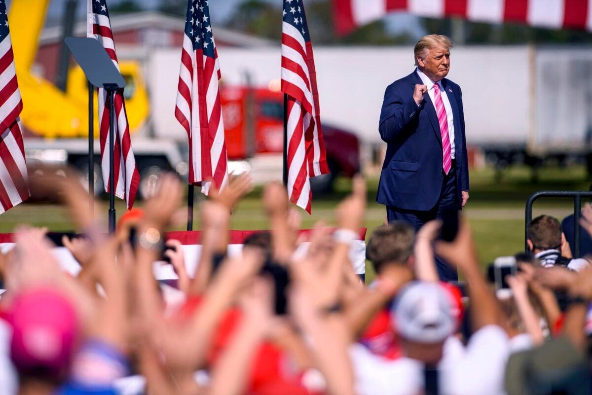 2020年10月24日,唐納德‧特朗普總統在北卡羅來納州蘭伯頓舉行的競選集會上向人群發表講話。(Melissa Sue Gerrits/Getty Images)