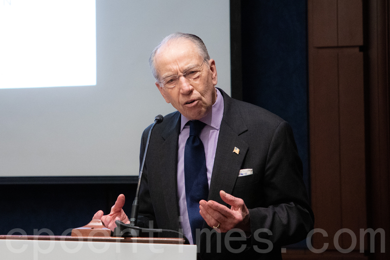 美國國會參議員格拉斯利(Chuck Grassley)提出一項法案,將迫使美國大學披露與中共政權的財務關係。(林樂予/大紀元)