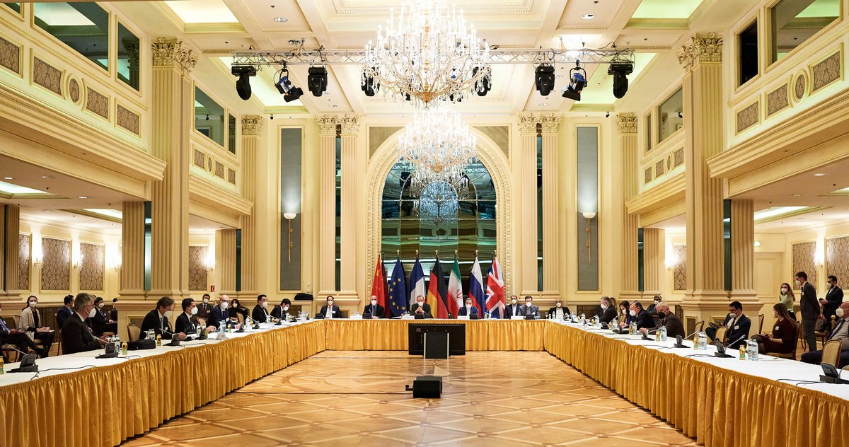 2021年4月6日,伊朗核協議簽署國在維也納舉行會談。美國和伊朗進行間接對話,歐盟代表則作為中間調解人。(EU Delegation in Vienna via Getty Images)