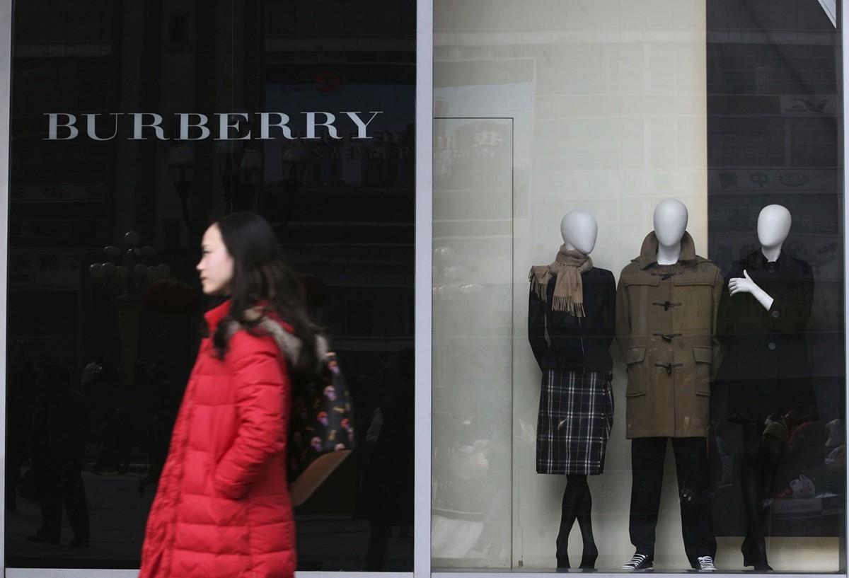 一名顧客穿過英國知名品牌巴寶莉重慶實體店的門口。(China Photos/Getty Images)
