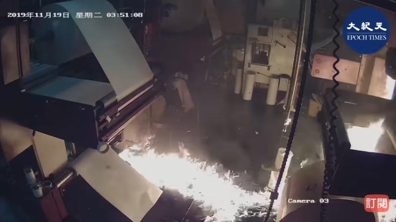 中共對香港大紀元的印刷廠僱凶縱火引發關注。事發後,各界人士在推特上轉發縱火影片。(影片擷圖)