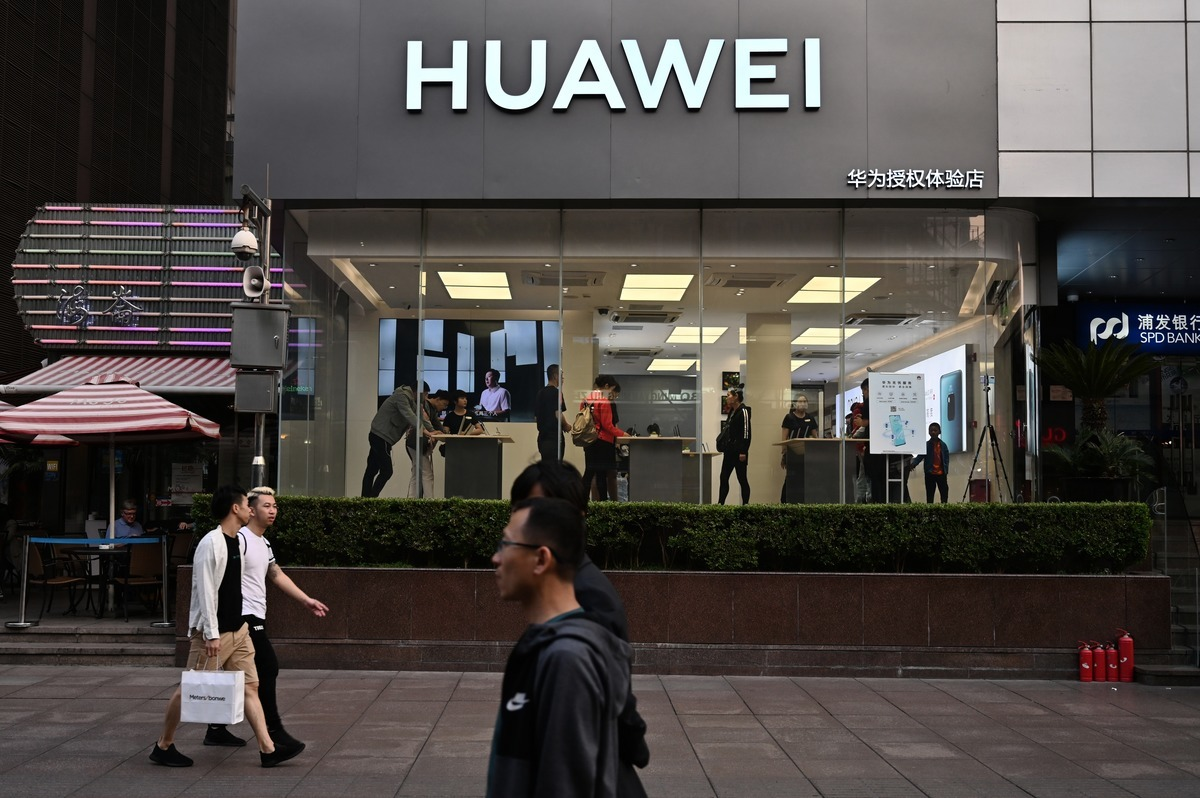 近日,京東發佈的數據顯示,iPhone11拿下九月份銷量第一,華為Mate30系列的銷量差距很大。(HECTOR RETAMAL/AFP)