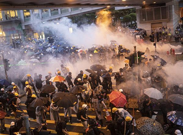8月25日,警方出動水炮車,並不停在荃灣如心廣場的楊屋道發射催淚彈。(余鋼/大紀元)