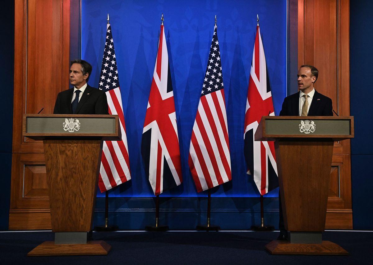 美國國務卿安東尼·布林肯(Antony Blinken,左)和英國外交大臣藍韜文(Dominic Raab,右)2021年5月3日在倫敦出席聯合新聞發佈會,強調西方將捍衛「基於國際規則的秩序」,使其免遭任何國家,包括中國的破壞性企圖。(BEN STANSALL/AFP via Getty Images)