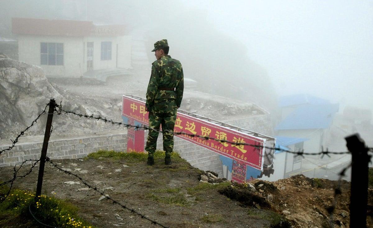 圖為中印邊境的中方士兵站在邊貿通道附近。(DIPTENDU DUTTA/AFP via Getty Images)