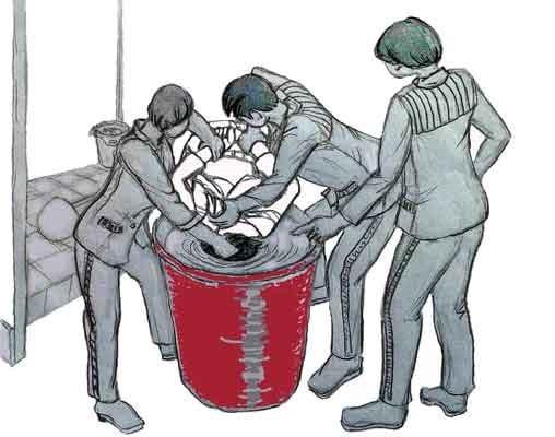 中共酷刑迫害示意圖:溺水——把人頭按進涼水桶裏憋氣。(明慧網)