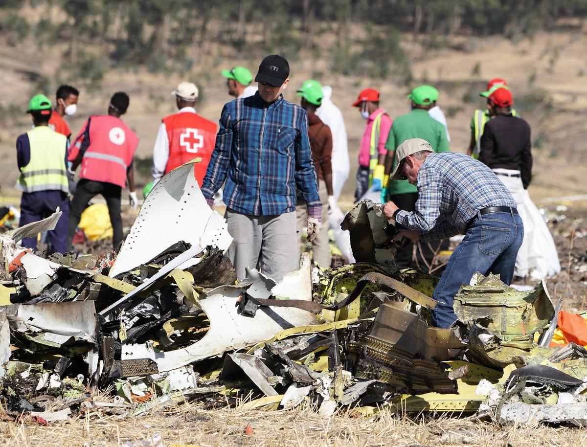 埃塞俄比民航局2019年3月20日表示,最快可能在下周發佈3月10日空難事故的初步報告。圖為埃塞航空3月10日墜亡的波音737 MAX飛機殘骸現場。(Jemal Countess/Getty Images)