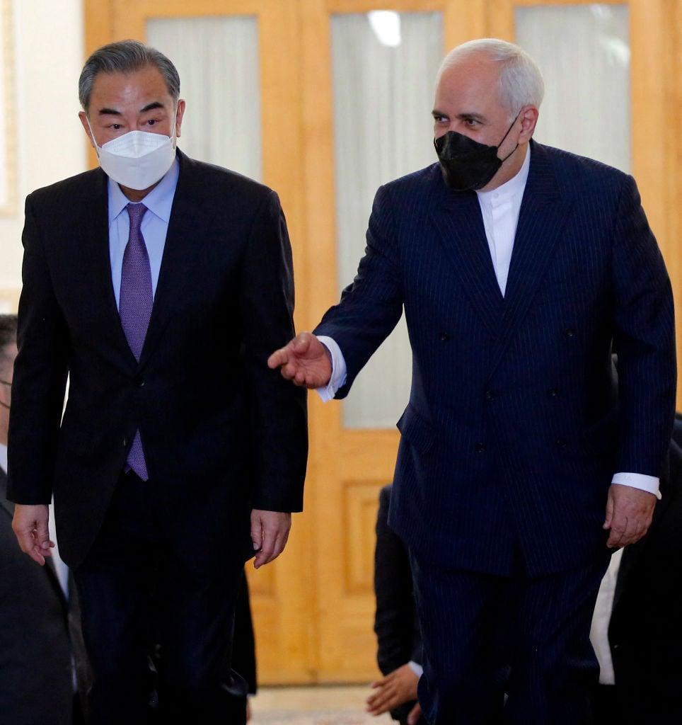 2021年3月27日,中共外長王毅訪問伊朗,與伊朗外長扎里夫(Mohammad Javad Zarif,右)會談,並簽署了合作協議。(AFP via Getty Images)