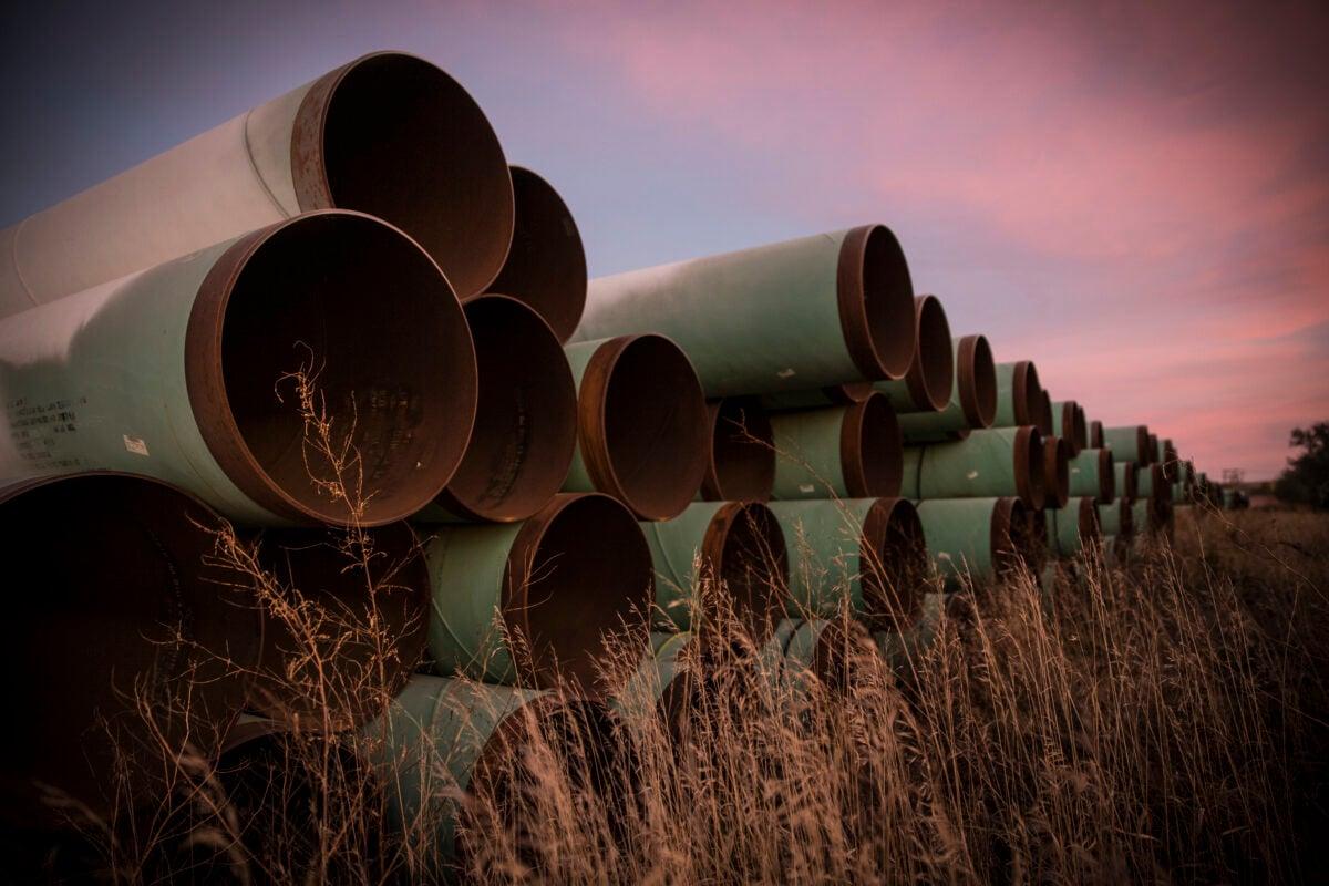 2014年10月14日,為基石輸油管道(KeystoneXL)項目準備的管道,堆集在北達科他州Gascoyne外的一個工地上。(Andrew Burton/Getty Images)
