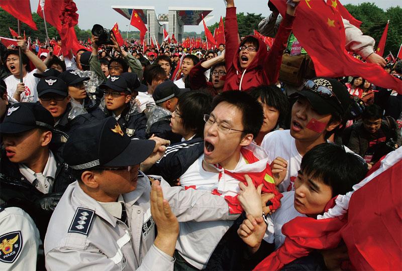 2008年4月27日,被中共組織來迎接中國奧運火炬接力的中國留學生,激憤地對著南韓人權活動家咆哮。(Getty Images)
