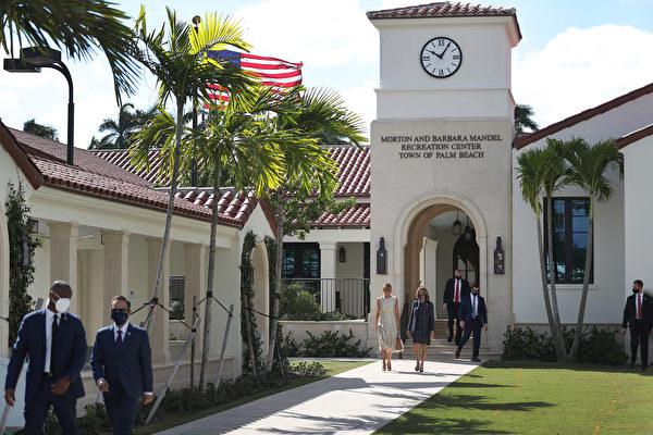 2020年11月3日,佛羅里達州棕櫚灘:第一夫人梅拉尼婭在投票站投票後,與棕櫚灘縣選舉主管溫迪·薩托裏(Wendy Sartory)同行。(Joe Raedle / Getty Images)