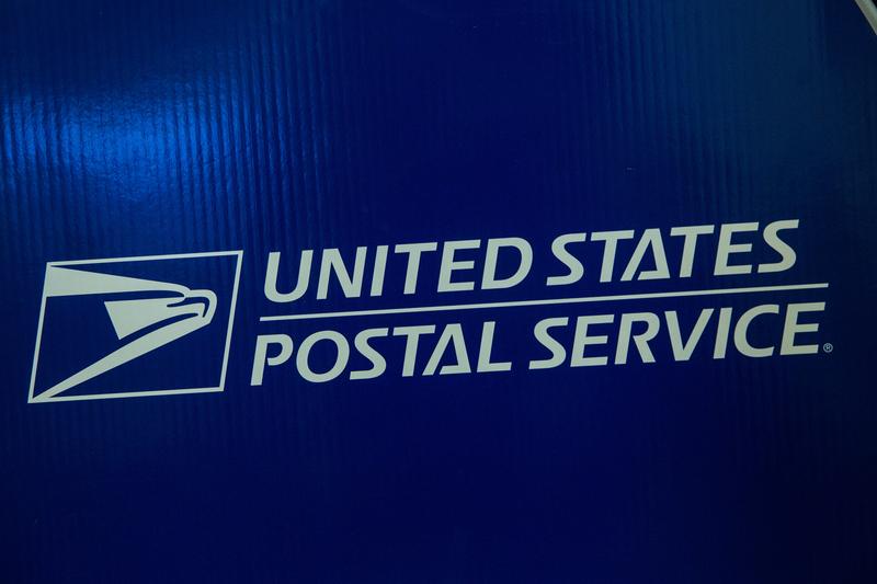 圖為美國郵局的logo。(Andrew Burton/Getty Images)