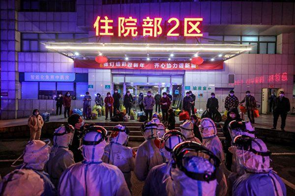 圖為3月3日晚,武漢第五醫院的確診中共肺炎患者等待被轉介到雷神山醫院。(STR/AFP via Getty Images)