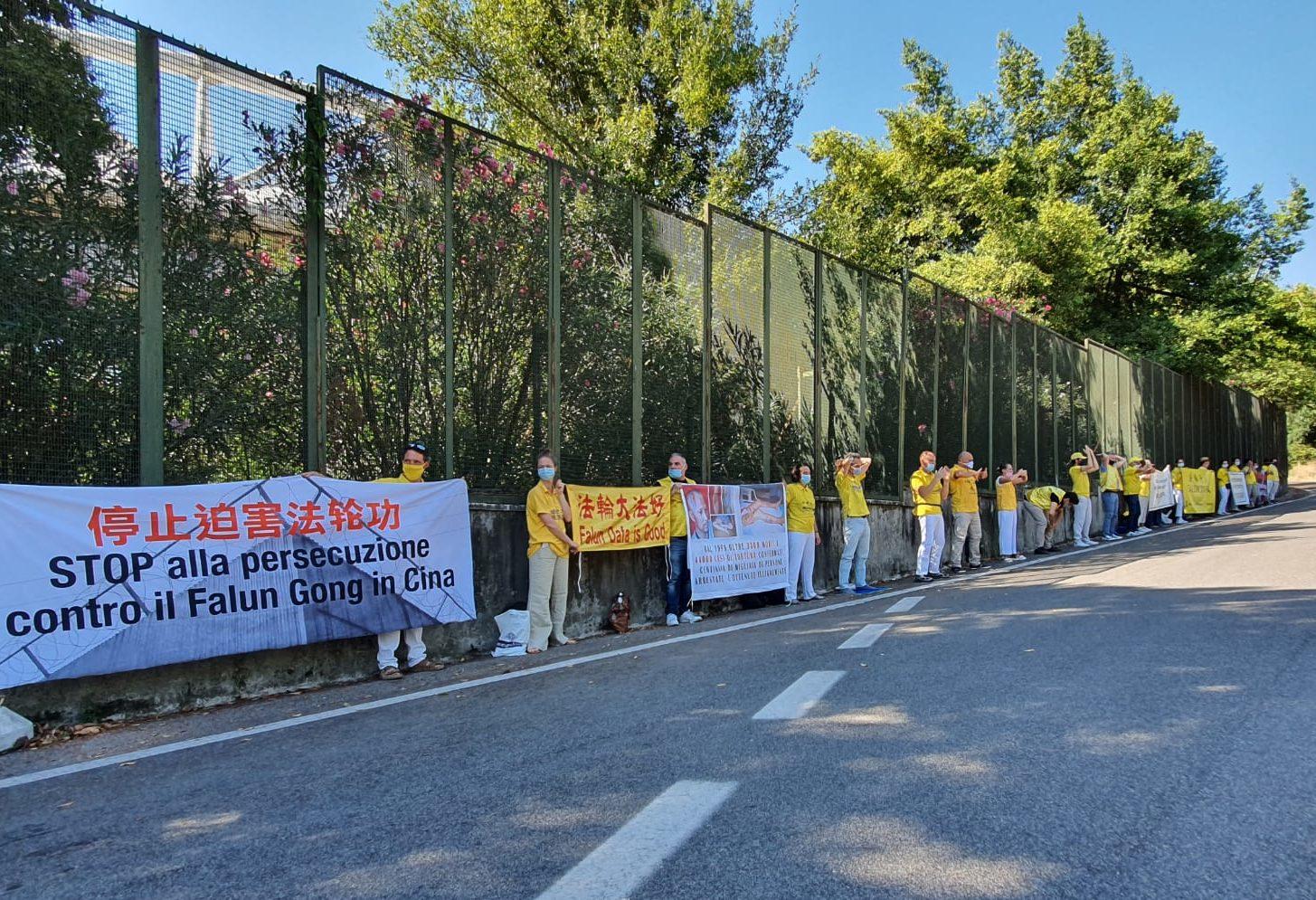 2020年8月25日,意大利法輪功學員在外交部大樓外舉行抗議中共迫害法輪功活動。(Marco D'Ippolito/大紀元)