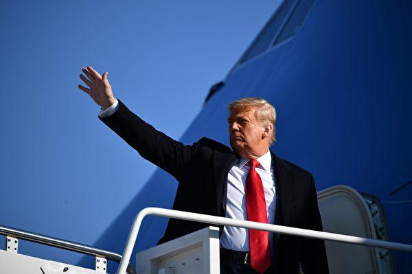 2021年1月12日,美國馬里蘭州安德魯斯空軍基地(Andrews Air Force Base),總統川普登上空軍一號前向媒體揮手,他準備前往德克薩斯州視察邊境牆。(MANDEL NGAN/AFP via Getty Images)