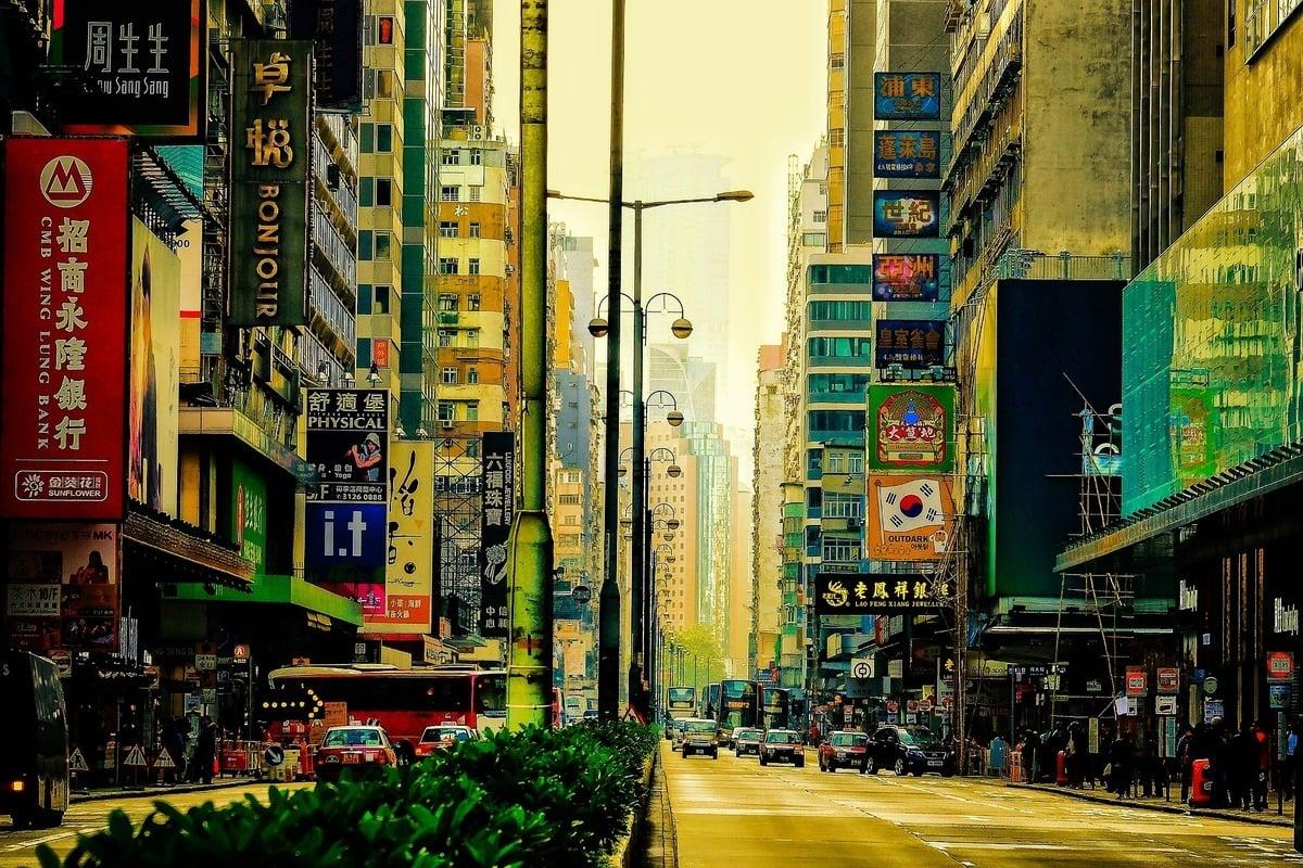 國際評級機構惠譽日前再次下調香港評級。圖為香港街頭。(Pixabay)