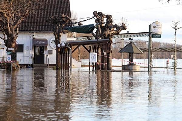 2021年2月3日,德國波恩(Bonn),融雪和持續降雨造成萊茵河氾濫,沿岸餐廳遭水淹沒。(Andreas Rentz/Getty Images)