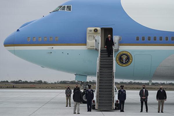 2021年1月12日,美國德克薩斯州哈林根(Harlingen),總統川普從空軍一號下機,他即將視察邊境牆。(Go Nakamura/Getty Images)
