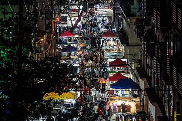 大陸5月份CPI和PPI數據顯示,中共希望經濟反彈落空。圖為6月3日武漢市夜市。(STR/AFP via Getty Images)