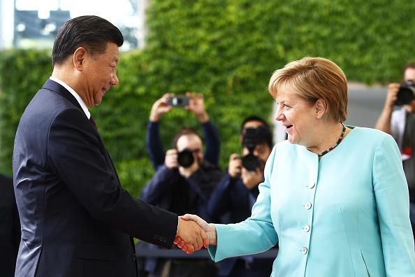 圖為2017年德國總理默克爾在柏林接待到訪的習近平。(Michele Tantussi/Getty Images)