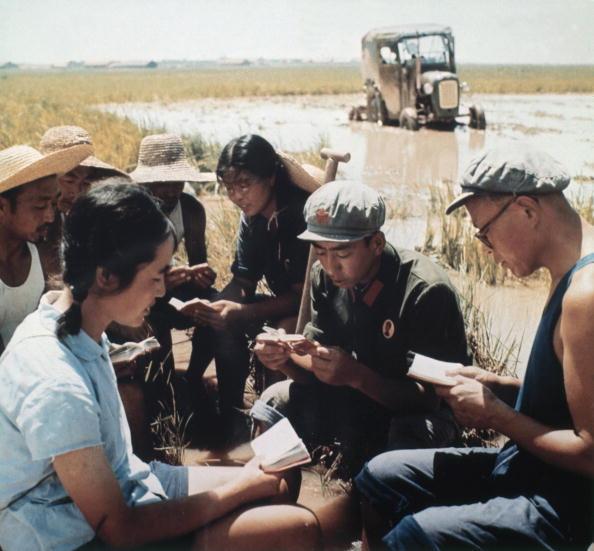 1968年底,毛澤東宣佈解散紅衛兵,結束暴力鬥爭。數以百萬計的中國青年捲起鋪蓋,開始艱苦的上山下鄉,向貧下中農學習的過程。中國青年的流放歷經了十年以上。一些人到現在還留在農村。(AFP/Getty Images)