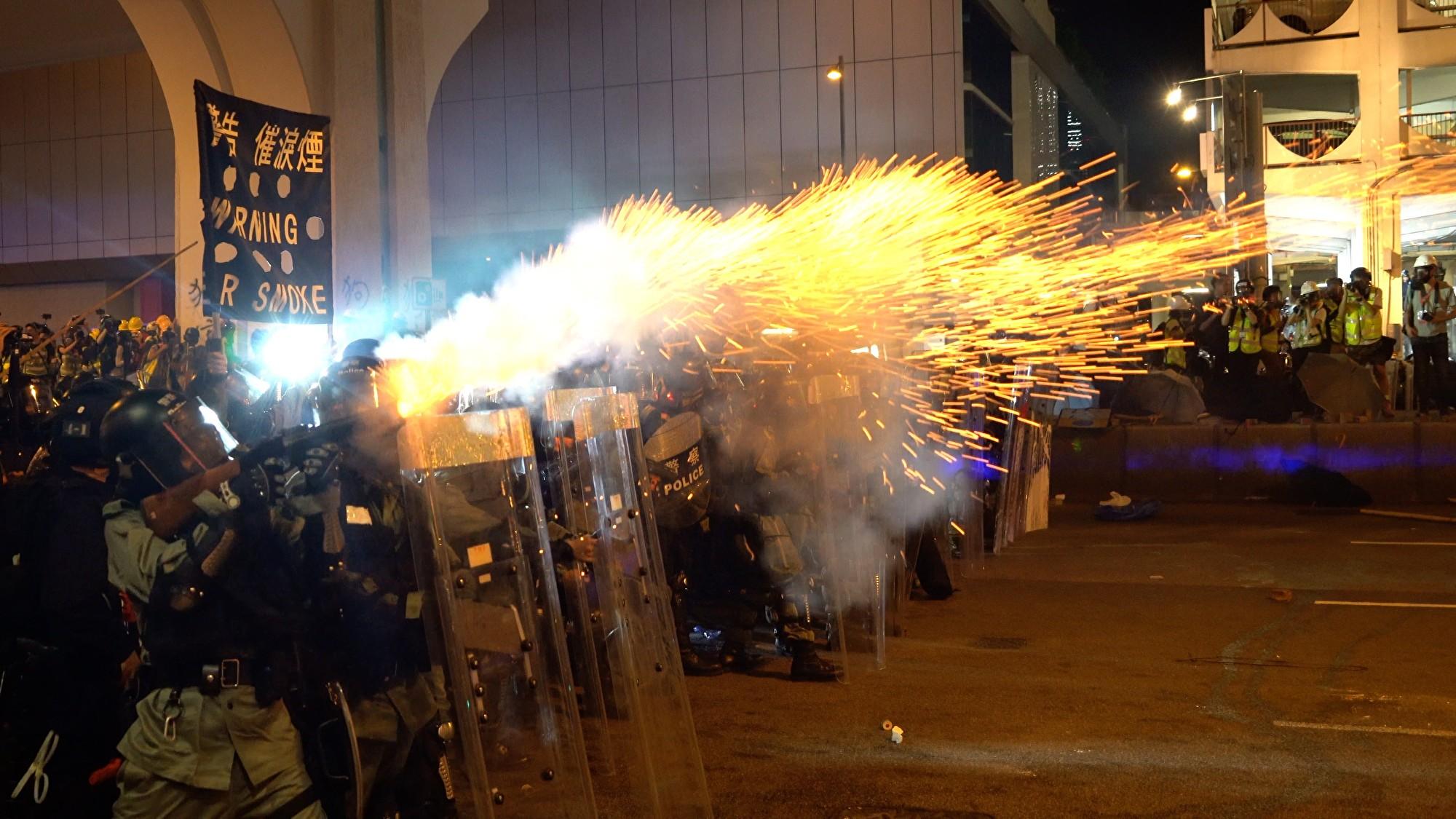 7月28日入夜,在香港西環,警民爆激烈衝突。港警多次施放催淚彈等驅趕示威者。(李逸/大紀元)