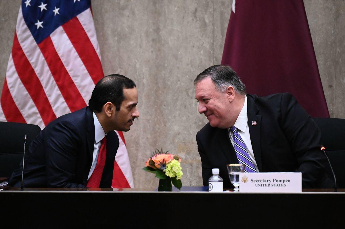 美國國務卿蓬佩奧對卡塔爾副總理阿爾塔尼表示歡迎,呼籲海灣國家解決三年以來的分裂,專注打擊伊朗等區域內不穩定因素。(ERIN SCOTT/POOL/AFP via Getty Images)
