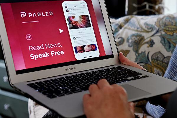 電腦屏幕上顯示的Parler社交媒體網站。(OLIVIER DOULIERY/AFP via Getty Images)
