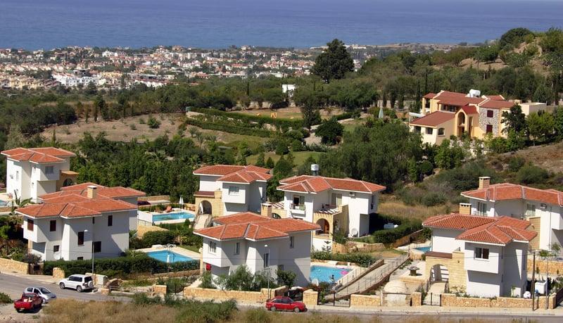 圖為塞浦路斯凱裏尼亞北部城市的別墅群。(PATRICK BAZ/AFP)
