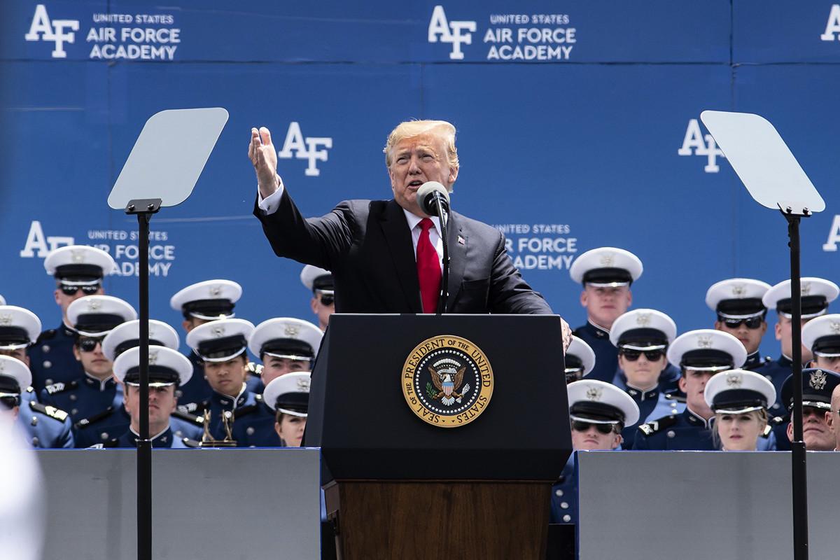 美國總統特朗普發推文說,將自6月10日起,對所有輸美墨西哥商品課徵5%關稅。圖為特朗普周四在美國空軍學院(Air Force Academy)演講。 (PChet Strange/AFP)