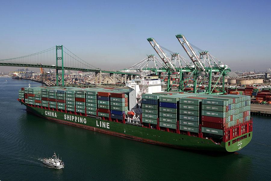 中共官方9月8日公佈的數據顯示,8月份中國出口下降,進口持續疲弱。圖為一艘中國貨輪駛進美國港口。(David McNew/Getty Images)