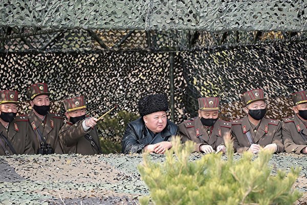2020年3月12日,金正恩視察北韓軍隊演練時,周圍軍官都戴口罩,唯獨金正恩沒有戴。(STR/KCNA VIA KNS/AFP)