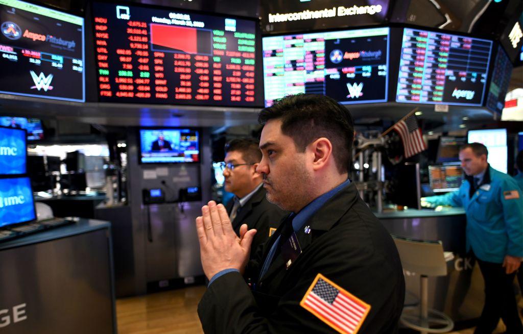 2020年3月16日紐約證券交易所開盤時,一位工作人員祈禱股市平穩。(JOHANNES EISELE/AFP via Getty Images)