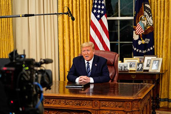 美國總統特朗普3月11日晚在橢圓形辦公室就中共病毒疫情發表全國講話,強調美國正在進行評估和調動政府的全部力量,應對起源中國、傳播全球的中共病毒(武漢肺炎),保護美國人。(Doug Mills/POOL/AFP)