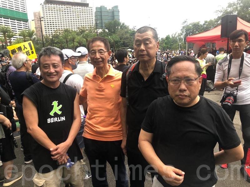 8月18日,資深大律師、「香港民主之父」李柱銘(左二)和壹傳媒創辦人黎智英(右二),前立法會議員、民主黨前主席、律師何俊仁(右一),資深銀行家吳明德(左一)一行參加維多利亞公園大集會。(梁珍/大紀元)