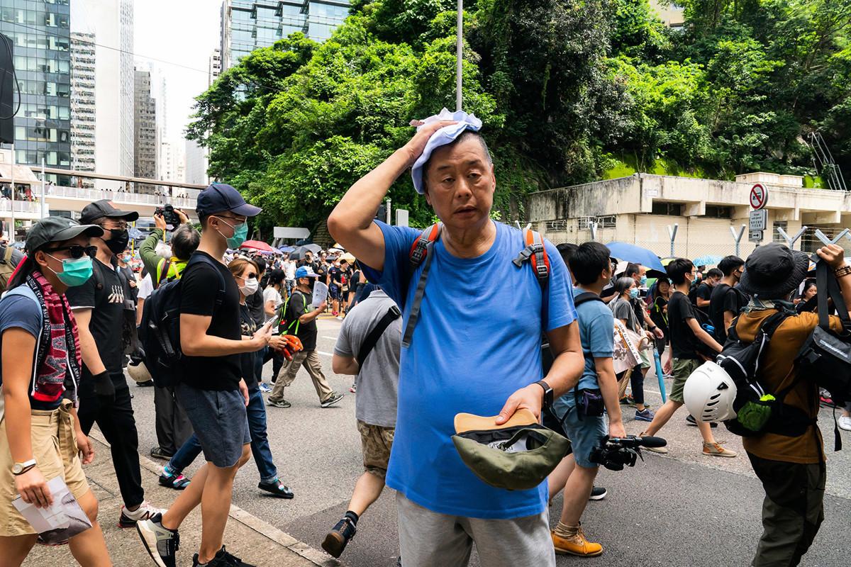 香港壹傳媒集團創辦人黎智英在接受《澳洲人報》訪問時表示,中共漠視香港人的靈魂,不把香港人當人對待。圖為2019年8月31日,黎智英(圖中穿藍色T恤者)在金鐘參加反送中遊行。(Billy H.C. Kwok/Getty Images)