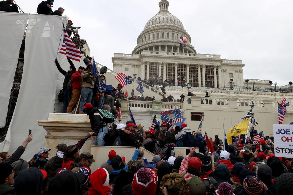 在2021年1月6日,抗議者聚集在華盛頓DC的美國國會大廈外。部份親特朗普的抗議者在國會聯席會議期間大規模遊行示威之後進入美國國會大廈。(Tasos Katopodis/Getty Images)