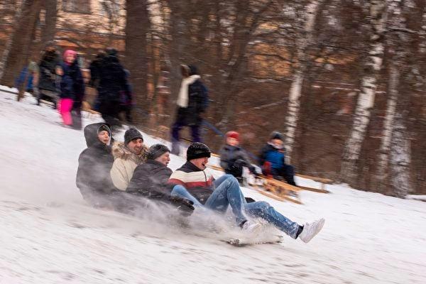 2021年2月8日,德國柏林,民眾正在滑雪。(ODD ANDERSEN/AFP via Getty Images)